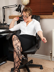 Glass Wore Horny Secretary Shows Her Sexy Bubble Booty in Horny Mood
