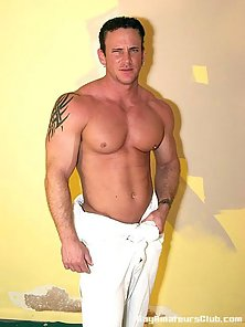 Amateur gay David Silver teases us with her muscle body