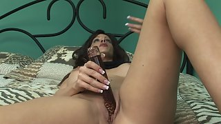 Busty solo milf trying her new vibrator